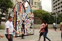 SAO PAULO, SP, 16 DE JANEIRO 2012 - SACOLA RECICLAVEIS  - Replica de Sacola, com proporções gigante, e vista no Largo Sao Bento na tarde desta segunda-feira, 16. A partir de 25 de janeiro as sacolas descartáveis serão substituídas por uma opção mais sustentável. Essa é uma iniciativa do governo do Estado em parceria com a prefeitura da capital para conscientizar os paulistanos a utilizarem sacolas reutilizáveis. (FOTO: ALEXANDRE MOREIRA - NEWS FREE).