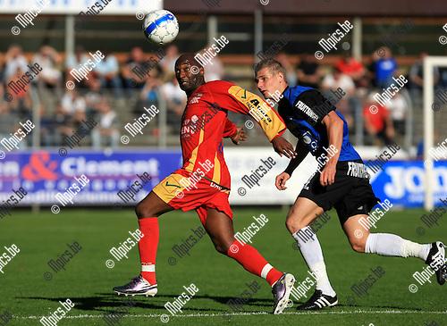 2010-10-10 / Voetbal / seizoen 2010-2011 / Rupel-Boom - KV Oostende / Rudy Saintini (Oostende) wordt onder druk gezet door Wesley Snoeys..Foto: Mpics