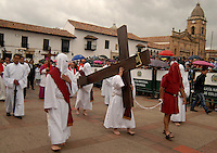 TUNJA -COLOMBIA. 18-04-2014. La procesión del Viacrucis forma parte de las actividades de la Semana Santa y se lleva a cabo por las principales calles de Tunja, Colombia, hoy 18 de abril de 2014./ Procession Way of the Cross takes place on the streets of Tunja, Colombia, today April 18 of 2014, along the main streets of Tunja and is one of the  events of the Easter Week. Photo:  VizzorImage/ José Miguel Palencia / Str