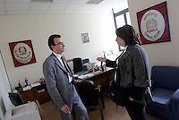 """La giornalista de """"Il Mattino"""" Rosaria Capacchione parla col capo della Digos nel suo ufficio presso la questura di Caserta, 14 novembre 2008..UPDATE IMAGES PRESS/Riccardo De Luca"""