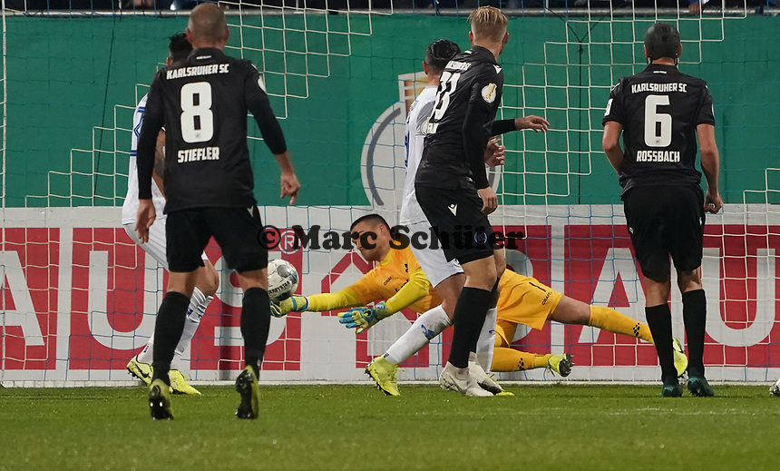 Parade Torwart Marcel Schuhen (SV Darmstadt 98) - 29.10.2019: SV Darmstadt 98 vs. Karlsruher SC, Stadion am Boellenfalltor, 2. Runde DFB-Pokal<br /> DISCLAIMER: <br /> DFL regulations prohibit any use of photographs as image sequences and/or quasi-video.