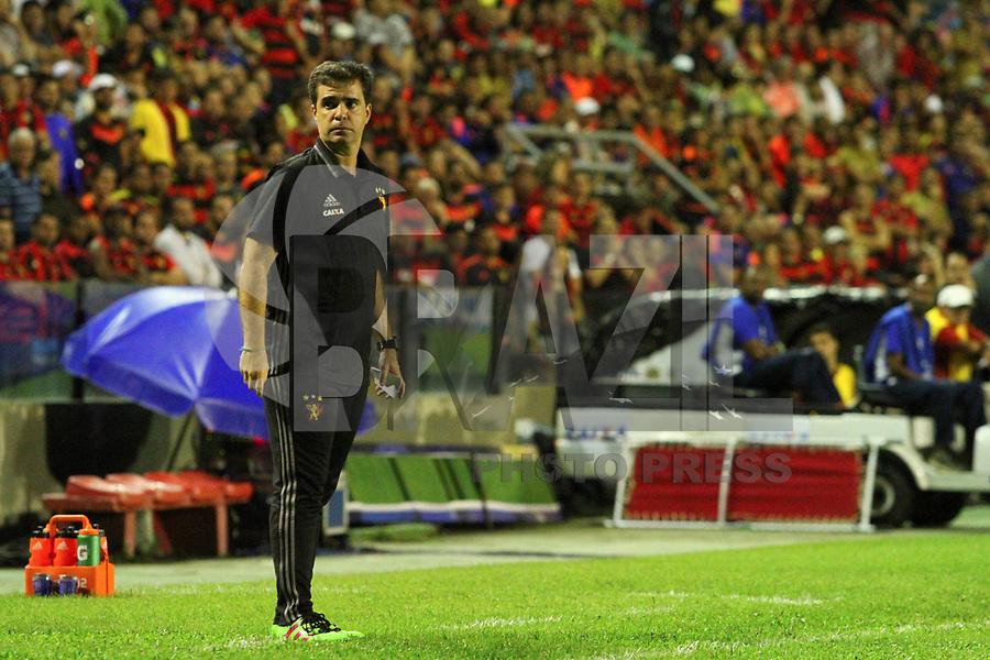 RECIFE, PE, 06.07.2017 - SPORT(BRA) - ARSENAL DE SARANDÍ(ARG) - O técnico Júnior Lopes, do Sport(BRA), substituto de Vanderley Luxemburgo, que compre suspensão, durante a partida contra o Arsenal de Sarandí(ARG), válida pela segunda rodada da Copa Sul-Americana 2017, realizada no estádio Ademar da Costa Carvalho (Ilha do Retiro), localizado na região metropolitana da cidade do Recife-PE, nesta quinta, 6. (Foto: Fernando da Hora/Brazil Photo Press)