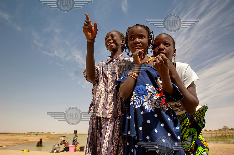 Children stand near the Niger River in the town of Gao. /Felix Features