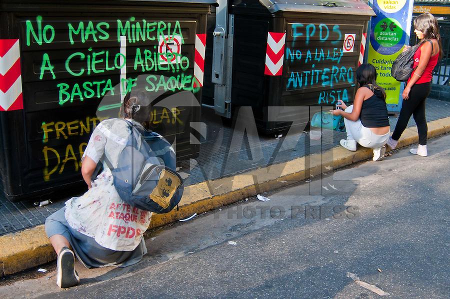 BUENOS AIRES, ARGENTINA, 23 DE FEVEREIRO 2012 - PROTESTO BUENOS AIRES -  Estudantes e organizacoes sociais protestam contra a mineracao a ceu aberto e da lei anti-terrorista, aprovada pelo Congresso no final de 2012. Ato na noite desta quinta-feira, 23 em Buenos Aires Capital da Argentina. (FOTO: PATRICIO MURPHY - BRAZIL PHOTO PRESS.