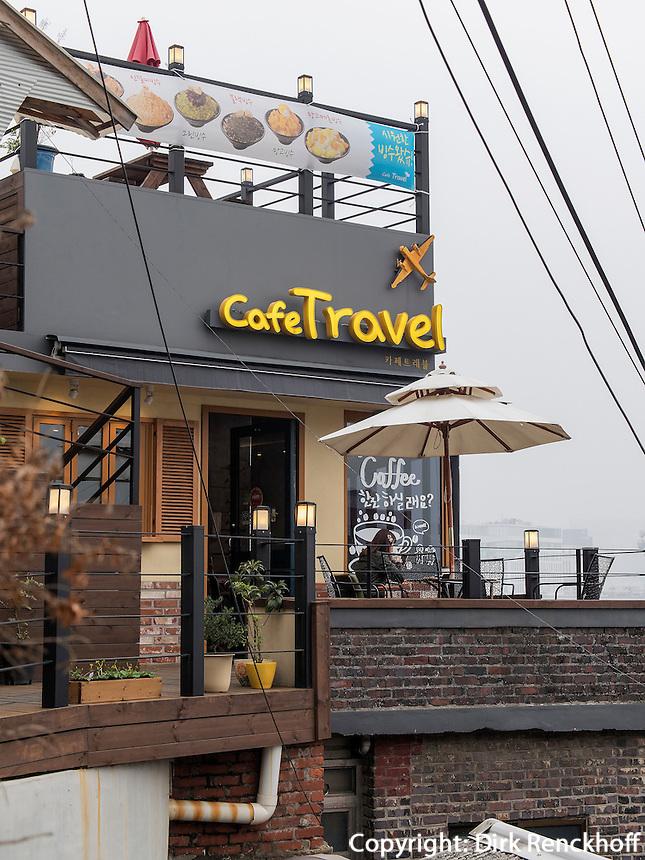 Caf&eacute; Travel im Daehak-No Viertel,  Seoul, S&uuml;dkorea, Asien<br /> Caf&eacute; Travel in Daehak-No Quarter  in Seoul, South Korea, Asia