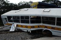 ATENCAO EDITOR FOTO EMBARGADA PARA VEICULO INTERNACIONAL - SÃO PAULO, SP, 22/11/2012, ACIDENTE TREM E ONIBUS - Um onibus escolar foi atingido por Trem na passagem em Suzano,  com uma vitima . FOTO: ADRIANO LIMA -BRAZIL PHOTO PRESS