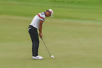 Yuxin LIN (CHN) putts with his wedge on 18 after earlier rendering his putter unusable during Rd 4 of the Asia-Pacific Amateur Championship, Sentosa Golf Club, Singapore. 10/7/2018.<br /> Picture: Golffile | Ken Murray<br /> <br /> <br /> All photo usage must carry mandatory copyright credit (&copy; Golffile | Ken Murray)