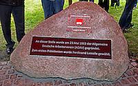 Enthüllung Gedenkstein mit Tafel zur Gründung der SPD vor 150 Jahren in Leipzig - im Bild: der Stein mit den Tafeln. Foto: Norman Rembarz