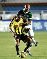 CALI - COLOMBIA -02-04-2014: Fainer Torijano (Der.) jugador de Deportivo Cali disputa el balón con Nelson Barahona (Izq.) jugador de Alianza Petrolera durante  partido Deportivo Cali y Alianza Petrolera por la fecha 14 de la Liga Postobon I 2014 en el estadio Pascual Guerrero de la ciudad de Cali. /  Fainer Torijano (R) player of Deportivo Cali fights for the ball with Nelson Barahona (L) player of Alianza Petrolera during a match between Deportivo Cali and Alianza Petrolera for the date 14th of the Liga Postobon I 2014 at the Pascual Guerrero stadium in Cali city. Photo: VizzorImage / Luis Ramirez / Staff.