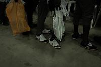 160 nigerianische Migranten kamen am 12.7.2018 aus Libyen in Lagos, Nigeria an. In Libyen blieb vielen nach Monaten der Gefangenschaft kaum mehr als eine Hose und ein T-Shirt. Die Internationale Organisation für Migration (IOM) hat sie vor dem Abflug in Libyen nahezu identisch eingekleidet