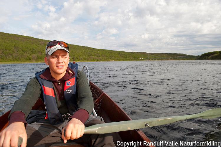 Roer i elvebåt i Tana ---- Man in river boat in Tana