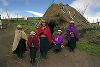 Mujeres indigena de la comunidad La Chorrera en la provincia andina de Ecuador.+indio, vivienda, niño *Indian women from La Chorrera Community in the Chimborazo +kid *Des femmes indigènes de la communauté La Chorrea dans la province andine de l'Equateur. +indien, habitation, enfant, andes, famille