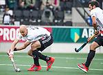 AMSTELVEEN - Justin Reid-Ross (A'dam)  met Valentin Verga (A'dam) ) tijdens  de  eerste finalewedstrijd van de play-offs om de landtitel in het Wagener Stadion, tussen Amsterdam en Kampong (1-1). Kampong wint de shoot outs.  . COPYRIGHT KOEN SUYK