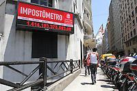 ATENCAO EDITOR: FOTO EMBARGADA PARA VEICULO INTERNACIONAL - SAO PAULO, SP, 10 DEZEMBRO 2012 - IMPOSTOMETRO -  O impostometro atingiu no dia 7 de dezembro a marca de 1,4 trilhao de reais seis dias antes do que em 2011 a marca esta no painel da Associacao Comercial de SP na Se regiao central da cidade nessa segunda, 10. (FOTO: LEVY RIBEIRO / BRAZIL PHOTO PRESS)