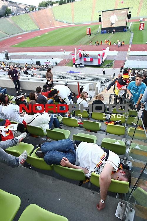 23.06.2010, Olympiapark, Muenchen, GER, FIFA Worldcup, Puplic Viewing Ghana vs Deutschland  im Bild Fan liegt auf den St¸hlen vor dem Spiel, Foto: nph /  Straubmeier