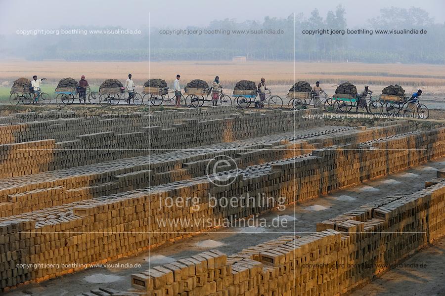 Bangladesh, Region Madhupur, Ziegelei, Transport von Lehm auf Rikscha / BANGLADESH Madhupur, worker transport clay with cycle rikshaw to a brick making unit