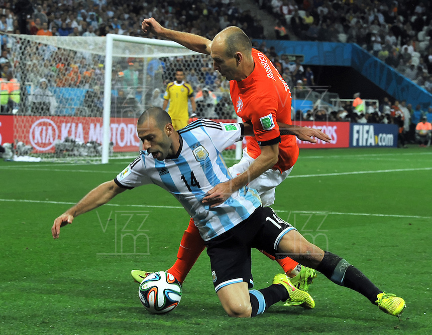SAO PAULO - BRASIL -09-07-2014. Javier Mascherano (#14) jugador de Argentina (ARG) disputa un balón con Arjen Robben (#11) jugador de Holanda (NED) durante partido de las semifinales por la Copa Mundial de la FIFA Brasil 2014 jugado en el estadio Arena de Sao Paulo./ Javier Mascherano (#14) player of Argentina (ARG) fights the ball with Arjen Robben (#11) player of Netherlands (NED) during the match of the Semifinal for the 2014 FIFA World Cup Brazil played at Arena de Sao Paulo stadium. Photo: VizzorImage / Alfredo Gutiérrez / Contribuidor