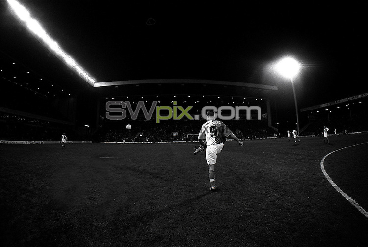 Pix:Michael Steele/SWpix...Soccer. Blackburn Rovers F.C...COPYRIGHT PICTURE>>SIMON WILKINSON..Blackburns Alan Shearer practices before a match.