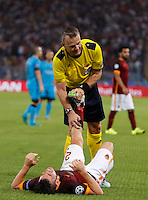 Calcio, Champions League, Gruppo E: Roma vs Barcellona. Roma, stadio Olimpico, 16 settembre 2015.<br /> Roma&rsquo;s Alessandro Florenzi is helped by referee Bjorn <br /> Kuipers as he has cramps during a Champions League, Group E football match between Roma and FC Barcelona, at Rome's Olympic stadium, 16 September 2015.<br /> UPDATE IMAGES PRESS/Riccardo De Luca<br /> <br /> *** ITALY AND GERMANY OUT ***