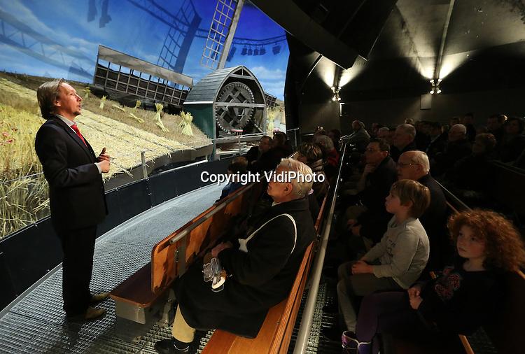 Foto: VidiPhoto<br /> <br /> ARNHEM - Bezoekers van het Nederlands Openluchtmuseum in Arnhem krijgen donderdag een kijkje achter de schermen van de wereldberoemde HollandRama. De (nog steeds) wereldprimeur is dit weekend voor het laatst open. Daarna wordt het ontmanteld om plaats te maken voor de Canon van Nederland. HollandRama werd in 2000 geopend en is een multimediale presentatie van de Nederlandse geschiedenis, met landschappen en stadsgezichten. In de afgelopen bijna vijftien jaar hebben zo'n 1,5 miljoen museumbezoekers in de unieke attractie plaatsgenomen. Veel werknemers van het museum nemen deze week afscheid van HollandRama. Zondag wordt de laatste voorstelling gegeven. Bezoekers krijgen tot en met vrijdag tijd gelegenheid om een kijkje achter de schermen te nemen en alle diorama's vanuit de 'tijdcapsule' tegelijk te bekijken en te fotograferen. Daarna zijn er tot en met zondag alleen nog maar reguliere voorstellingen. De historische onderdelen van HollandRama zullen in de collectie worden opgenomen of in depot geplaatst. Het eivormige gebouw zal worden ontmanteld door aannemingsbedrijf Chris Liet uit Rheden. Uitvoerder Bennie Kock kwam donderdag alvast een kijkje nemen.