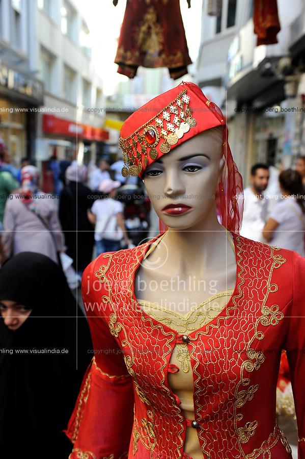 TURKEY Istanbul, full veiled muslim woman and mannequin doll in bazar in Sultanahmet  / Tuerkei Istanbul, vollverschleierte Frauen und Schaufensterpuppe im Basarviertel Sultanahmet