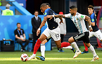 KAZAN - RUSIA, 30-06-2018: Kylian MBAPPE (Izq) jugador de Francia disputa el balón con Ever BANEGA (Der) jugador de Argentina durante partido de octavos de final por la Copa Mundial de la FIFA Rusia 2018 jugado en el estadio Kazan Arena en Kazán, Rusia. / Kylian MBAPPE (L) player of France fights the ball with Ever BANEGA (R) player of Argentina during match of the round of 16 for the FIFA World Cup Russia 2018 played at Kazan Arena stadium in Kazan, Russia. Photo: VizzorImage / Julian Medina / Cont