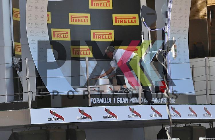 Barcelona, 10.05.15, Motorsport, GP Spanien 2015 : Nach der Siegerehrung muss das Podest gereinigt werden!<br /> <br /> Foto &copy; P-I-X.org *** Foto ist honorarpflichtig! *** Auf Anfrage in hoeherer Qualitaet/Aufloesung. Belegexemplar erbeten. Veroeffentlichung ausschliesslich fuer journalistisch-publizistische Zwecke. For editorial use only.