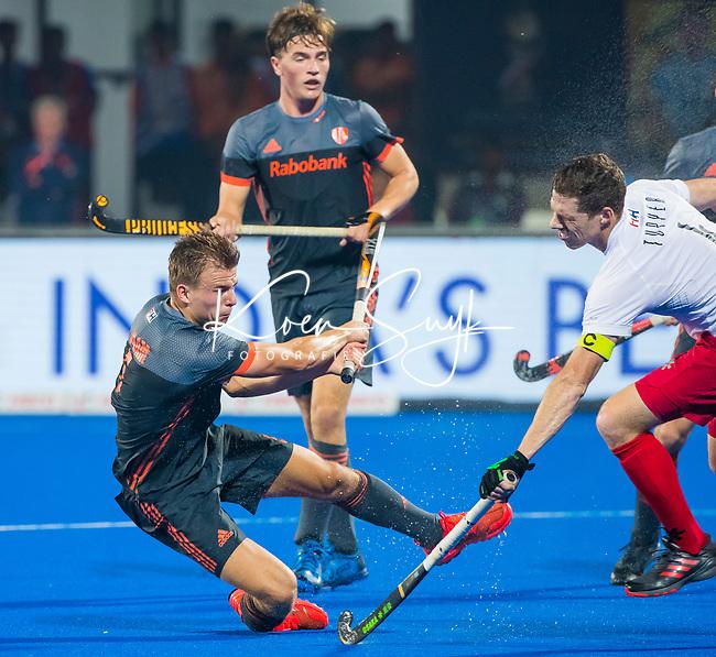 BHUBANESWAR (INDIA) -  Thijs van Dam (Ned) brengt de stand op 5-0  tijdens Nederland-Canada (5-0) bij het WK Hockey heren.  rechts Scott Tupper (Can) en op de achtergrond Jorrit Croon (Ned)  . COPYRIGHT KOEN SUYK