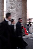 Roma, 7 Aprile 2005.Citta' del Vaticano, Via della Conciliazione..Fedeli in attesa di dare l'ultimo saluto a Papa Giovanni Paolo II.Rome, April 7, 2005.Citta 'del Vaticano, Via della conciliation..Faithful waiting to give a final farewell to Pope John Paul II..