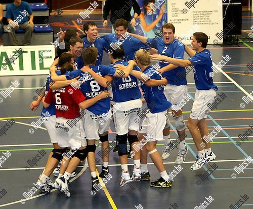 2008-10-18 / Volleybal / BVB Kapellen - Vosselaar / Kapellen viert de stunt tegen Vosselaar..Foto: Maarten Straetemans (SMB)