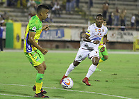 NEIVA - COLOMBIA, 18-02-2015: Omar Duarte (Izq) del Atlético Huila disputa el balón con Carlos Renteria (Der) del Deportes Tolima durante partido por la fecha 8 de la Liga Águila I 2018 jugado en el estadio Guillermo Plazas Alcid de la ciudad de Neiva. / Omar Duarte (L) player of Atletico Huila fights for the ball with Carlos Renteria (R) player of Deportes Tolima during match for the date 8 of the Aguila League I 2018 played at Guillermo Plazas Alcid in Neiva city. VizzorImage / Sergio Reyes / Cont