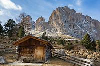 Italy, South Tyrol (Trentino-Alto Adige), above Val Gardena: hut and Sasso Lungo mountain at Sella Pass | Italien, Suedtirol (Trentino-Alto Adige), oberhalb von Groeden: Huette vorm Langkofel an der Sella-Joch-Passstrasse