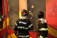 SAO PAULO, SP, 12/11/2013, INCENDIO. Uma loja de moveis, que fica na Av. Angelina no bairro da V Guilherme, ficou completamente destruida por um incendio de grandes proporcoes na noite dessa terca-feira (12). Havia duas pessoas no interior do imovel, que foram localizadas pelos bombeiros e resgatadas com vida, alem de dois caes. Cerca de 10 viaturas atenderam a ocorrencia. LUIZ GUARNIERI/BRAZIL PHOTO PRESS.