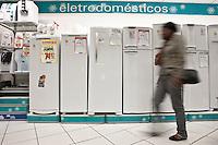SAO PAULO, 29/06/2012 ECONOMIA- PRORROGACAO IPI REDUZIDO - O governo  federal deve anunciar nesta sexta-feira (29) que estender&aacute; o prazo de validade da redu&ccedil;&atilde;o da al&iacute;quota do Imposto sobre Produtos Industrializados (IPI) para os setores de linha branca, m&oacute;veis.<br /> A redu&ccedil;&atilde;o, que inicialmente terminaria em mar&ccedil;o, foi prorrogada at&eacute; este s&aacute;bado (30). Ind&uacute;stria dos setor reivindica uma nova prorroga&ccedil;&atilde;o.<br /> Os pre&ccedil;os dos eletrodom&eacute;sticos da linha branca ca&iacute;ram at&eacute; 7% com o corte do IPI (Imposto sobre Produtos Industrializados).<br /> na foto Populares observam produtos em loja do setor.<br /> VAGNER CAMPOS/ BRAZIL PHOTO PRESS