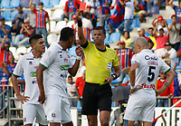 SANTA MARTA - COLOMBIA, 04-05-2019: Luis Trujillo, árbitro, muestra la tarjeta amarilla a Diego peralta del Once durante el partido por la fecha 20 de la Liga Águila I 2019 entre Unión Magdalena y Once Caldas jugado en el estadio Sierra Nevada de la ciudad de Santa Marta. / Luis Trujillo, referee, shows the red card to Diego Peralta of Once during match for the date 20 as part Aguila League I 2019 between Union Magdalena and Once Caldas played at Sierra Nevada stadium in Santa Marta city. Photo: VizzorImage / Gustavo Pacheco / Cont