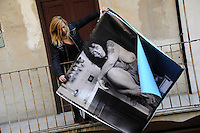 CorpusTRIP ,esposizione in un cortile del quartiere di San Lorenzo a Roma. Lola Kola, artista, è una delle persone ritratte dal fotografo. Lola Kola, artist, is one of the people portrayed by the photographer...CorpusTRIP è un progetto itinerante,  esposizione temporanea, in diverse città , evento di una sola notte in uno spazio non specificatamente adibito, occupato o abbandonato. E' il lavoro fotografico di ritratti  in bianco e nero ,di  Luca Donnini..CorpusTRIP is a touring exhibition, temporary exhibitions, in different city, an event one night in a space not specifically used, occupied or abandoned. It's the photographic work of black and white portraits of Luca Donnini..