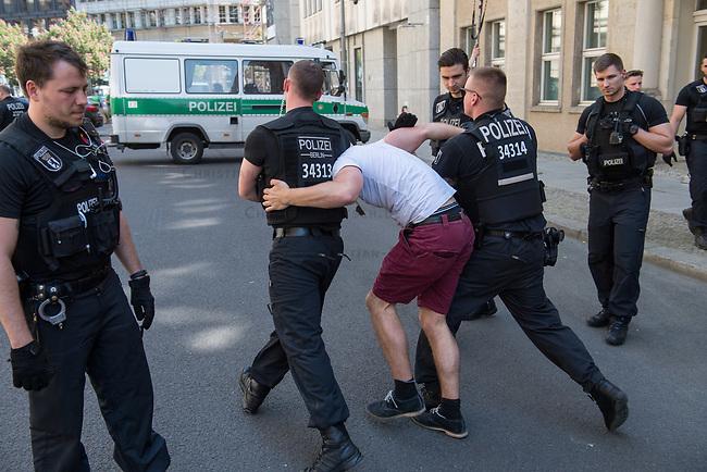 Rechtsextreme &quot;Identitaere&quot; versuchen Besetzung des Justizministerium.<br /> Am Freitag den 19. Mai 2017 versuchten ca. 40 Rechtsextremisten der sog. &quot;Identitaeren Bewegung&quot; (IB) das Justizministerium zu besetzen. Sie setzten das Ministerium und den Justizminister Maas mit der Staatssicherheit der DDR gleich, hatten DDR-Fahnen dabei und trugen zum Teil DDR-Militaeruniformen.<br /> Die Neonazis scheiterten jedoch mit der Besetzung, da die Polizei im Vorfeld von der Aktion informiert war und rechtzeitig vor Ort war. Als die Polizei die Neonazis aufforderte zu gehen, legten die sich auf den Fu&szlig;weg und skandierten &quot;Keine Gewalt&quot; und Parolen gegen Fluechtlinge und fuer Deutschland. Daraufhin wurden die Neonazis einzeln abgefuehrt, durchsucht und erhielten einen Platzverweis.<br /> Im Bild: Polizei fuehrt sog. &quot;Identitaere&quot; ab.<br /> 19.5.2017, Berlin<br /> Copyright: Christian-Ditsch.de<br /> [Inhaltsveraendernde Manipulation des Fotos nur nach ausdruecklicher Genehmigung des Fotografen. Vereinbarungen ueber Abtretung von Persoenlichkeitsrechten/Model Release der abgebildeten Person/Personen liegen nicht vor. NO MODEL RELEASE! Nur fuer Redaktionelle Zwecke. Don't publish without copyright Christian-Ditsch.de, Veroeffentlichung nur mit Fotografennennung, sowie gegen Honorar, MwSt. und Beleg. Konto: I N G - D i B a, IBAN DE58500105175400192269, BIC INGDDEFFXXX, Kontakt: post@christian-ditsch.de<br /> Bei der Bearbeitung der Dateiinformationen darf die Urheberkennzeichnung in den EXIF- und  IPTC-Daten nicht entfernt werden, diese sind in digitalen Medien nach &sect;95c UrhG rechtlich geschuetzt. Der Urhebervermerk wird gemaess &sect;13 UrhG verlangt.]