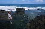 T&ecirc;te de chien<br /> <br /> Abrit&eacute; sous un &eacute;peron rocheux pr&egrave;s du village de  Peter Eric, indien caraibe observe les grains qui se succedent sur l'oc&eacute;an. .A ses pieds, une gigantesque coulee de basalte noir de plus de 200 m de long - denommee escalier Tete de Chien - subit les assaut  des lames atlantiques. Dans la mythologie caraibe, cette coulee serait la trace d'un gigantesque boa constrictor sorti des eaux pour se refugier sur le Morne Diablotins, plus haut sommet de l'ile. ..