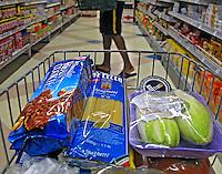 Carrinho com produtos em supermercado. Foto de Manuel Lourenço.