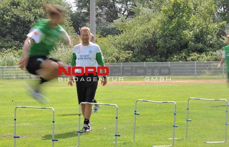 FBL 09/10 Traininglager  Werder Bremen Norderney 2009 Day 04 Training vormittag<br /> <br /> <br /> Feature verwischt, Torsten Frings ( Bremen GER #22 ) im Hintergrund Wolfgang Rolff ( Bremen - Co - Trainer  GER)<br /> <br /> <br /> Foto &copy; nph (nordphoto)