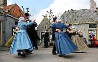 Enkhuizen.  Klederdrachtfestival in het Zuiderzeemuseum. Dansgroep Hoogwoud