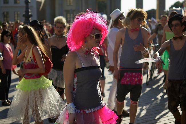 Anlaesslich der Modeveranstaltung &quot;Fashion Week&quot; demonstrierten einige hundert Menschen am Samstag den 6. Juli 2013 in Berlin gegen die Produktionsbedingungen von Kleidung in Fernost und gegen den ihrer Meinung nach &quot;Fashion-Terror&quot;.<br />6.7.2013, Berlin<br />Copyright: Christian-Ditsch.de<br />[Inhaltsveraendernde Manipulation des Fotos nur nach ausdruecklicher Genehmigung des Fotografen. Vereinbarungen ueber Abtretung von Persoenlichkeitsrechten/Model Release der abgebildeten Person/Personen liegen nicht vor. NO MODEL RELEASE! Don't publish without copyright Christian-Ditsch.de, Veroeffentlichung nur mit Fotografennennung, sowie gegen Honorar, MwSt. und Beleg. Konto:, I N G - D i B a, IBAN DE58500105175400192269, BIC INGDDEFFXXX, Kontakt: post@christian-ditsch.de<br />Urhebervermerk wird gemaess Paragraph 13 UHG verlangt.]