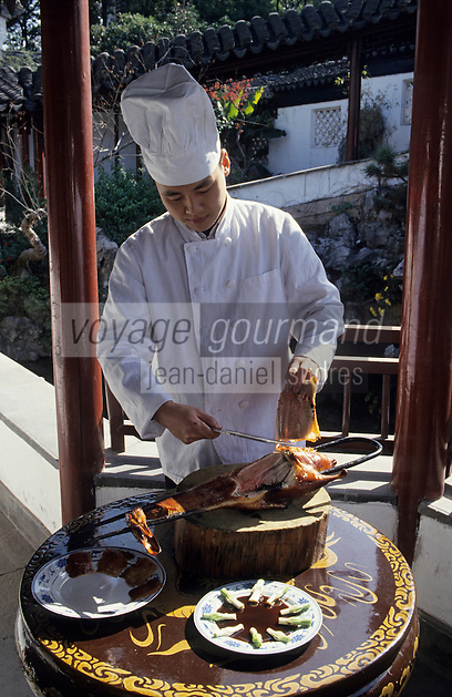Asie/Chine/Jiangsu/Env Nankin : Cuisine chinoise - L'art de la découpe des canards laqués finement tranchés à l'aide d'un tranchoir<br /> PHOTO D'ARCHIVES // ARCHIVAL IMAGES<br /> CHINE 1990
