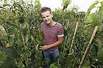 Foto: VidiPhoto<br /> <br /> DODEWAARD &ndash; Portret van Alberto Stuurbrink, medewerker van Batouwe Boomkwekerijen BV in Dodewaard, met de trots van het bedrijf, een meerstam.