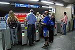 Catraca de estação do metrô. São Paulo. 2009. Foto de Juca Martins.