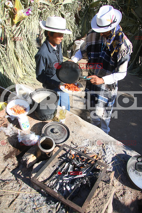Juan Francisco Durazo Moreno de 22 a-os y Rodulfo Fuentes Valenzuela de solo 12 desayuna huevos con chorizo en el Coloso Alto  antes de salir a las calles de la ciudad para las festividades de los fariseos que realizan a-o con a-o