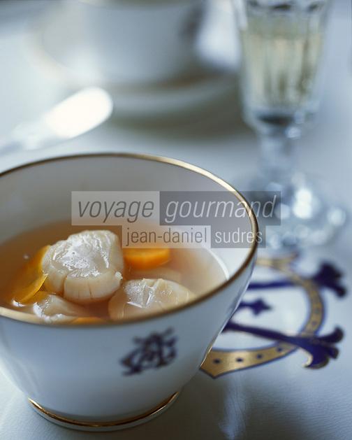 Europe/France/Champagne-Ardenne/51/Marne/Ay: Préparation de la nage de St-Jacques au champagne - Recette de Florence la cuisinère de la maison de champagne Deutz