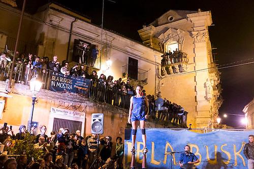 Ragusa Ibla, Sicile, Oct 2015. Ibla busker festival, festival des arts de rue (dit le plus ancien d'Italie)  - spectacle de la compagnie bresilienne Delapraka