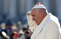 Papa Francesco arriva all'udienza generale del mercoledÏ in Piazza San Pietro, Citt‡ del Vaticano, 16 novembre 2016. Pope Francis arrives in St.Peter's Square to attend his weekly general audience, at the Vatican, on November 16, 2016.<br /> UPDATE IMAGES PRESS/Isabella Bonotto<br /> <br /> STRICTLY ONLY FOR EDITORIAL USE