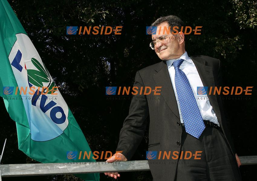 Roma 1/4/2006 villa Nemorense. Campagna elettorale elezioni 2006 dell'Ulivo.<br /> Romano Prodi, leader della coalizione di centro sinistra e candidato premier guarda la bandiera dell'ulivo<br /> Photo Andrea Staccioli Insidefoto